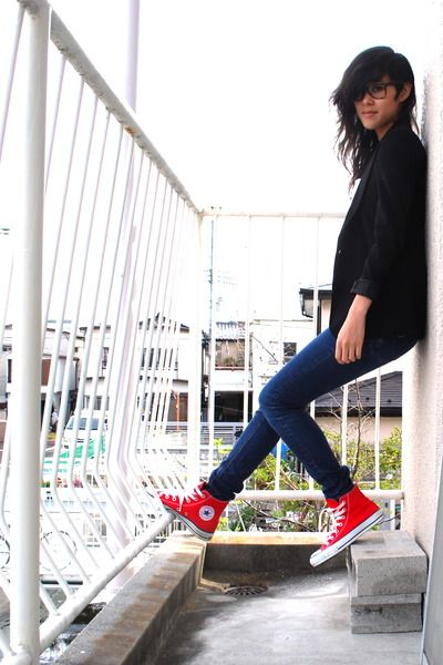 red converse with jeans