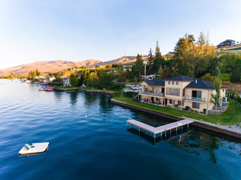 Beautiful lake chelan luxury waterfront home with private