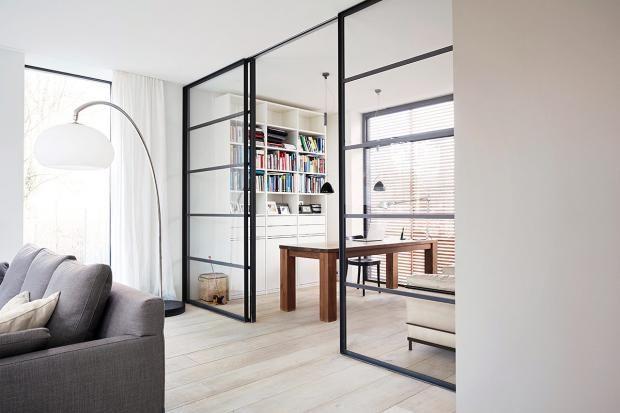 Satteldachhaus mit Loft-Feeling Strukturiert, Hausbau und Türen - wohnzimmer mit glaswnde