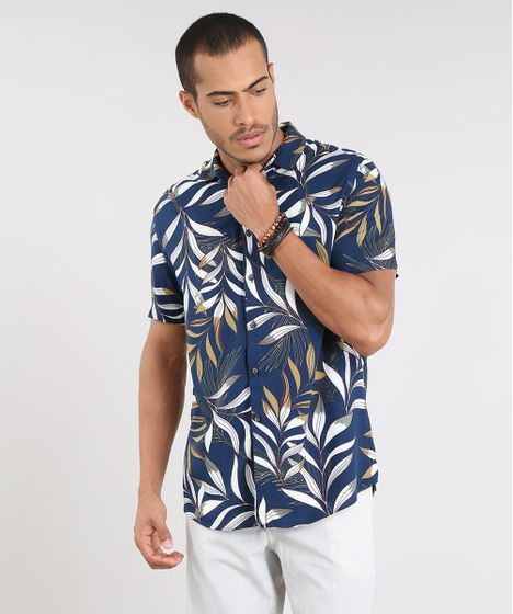 aa5b5f0215 Camisa masculina confeccionada em tecido plano leve estampado de folhagens.  As mangas são curtas e