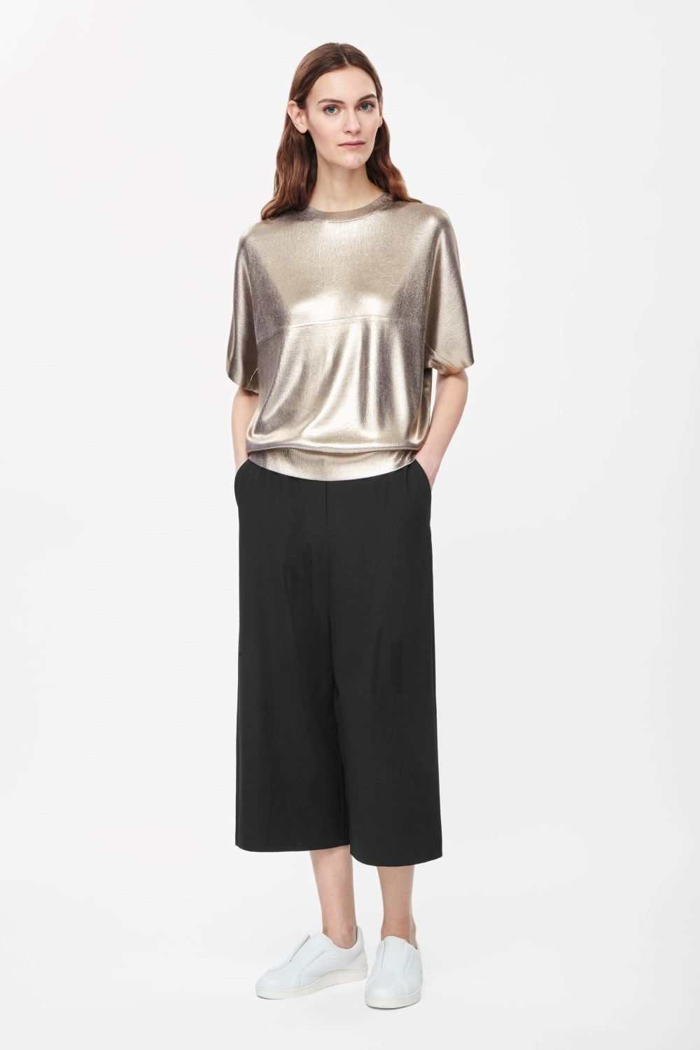 This round-neck top is made from fluid knitted fabric with a shiny metallic coating. Loose and oversized, it has raw-cut kimono sleeves, ribbed hemline and a seam detail across the front.