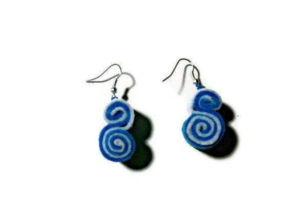 orecchini rosa e azzurri di Buttonstyle su Etsy, €6.00