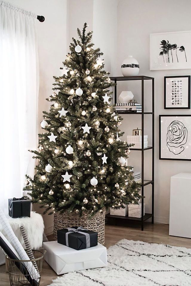 A Very Clean And Modern Christmas Tree Black And White Living Room Scandinavian Christmas Decorations Christmas Tree Christmas Home