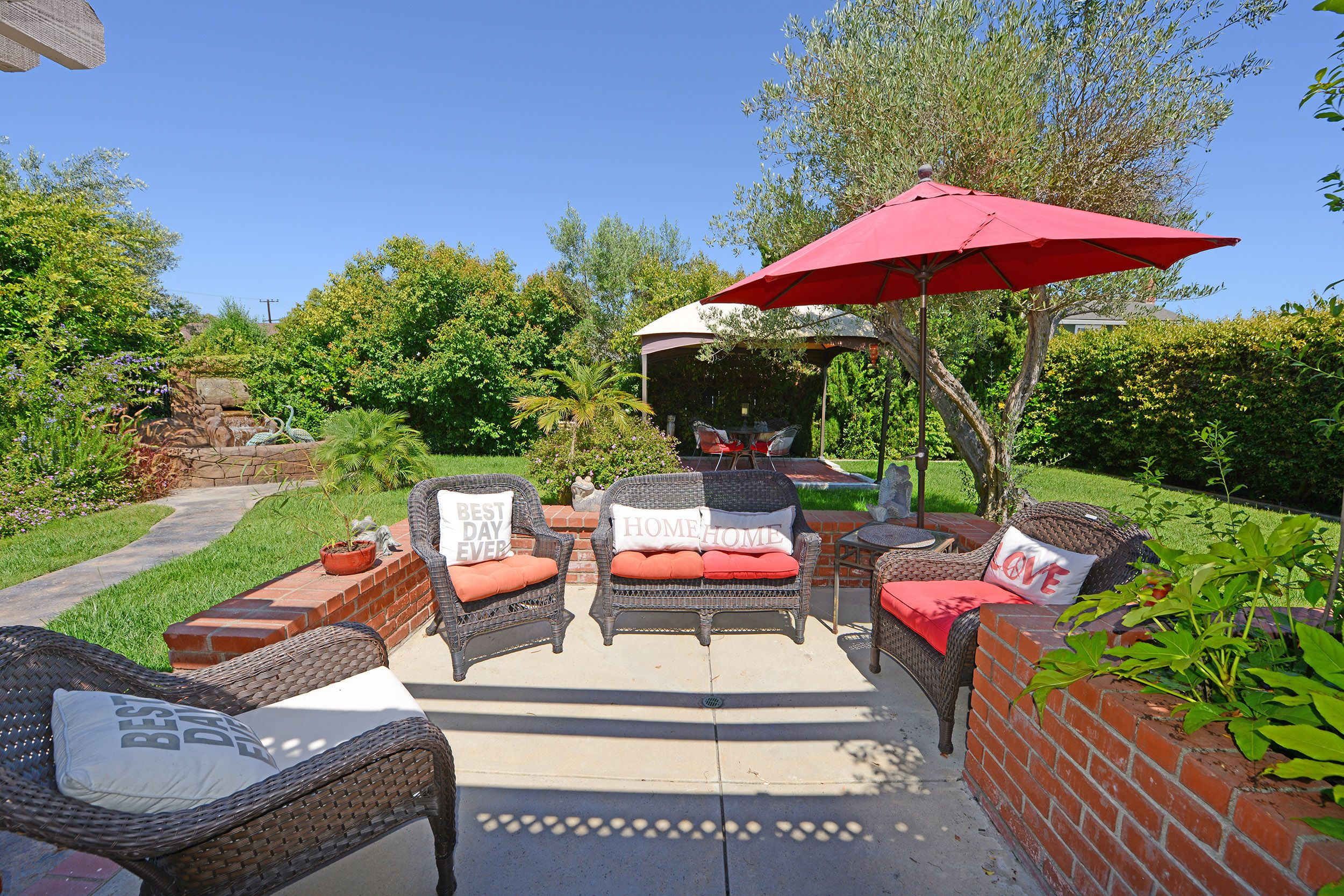 privacy is key in this entertainer s yard in costa mesa ca