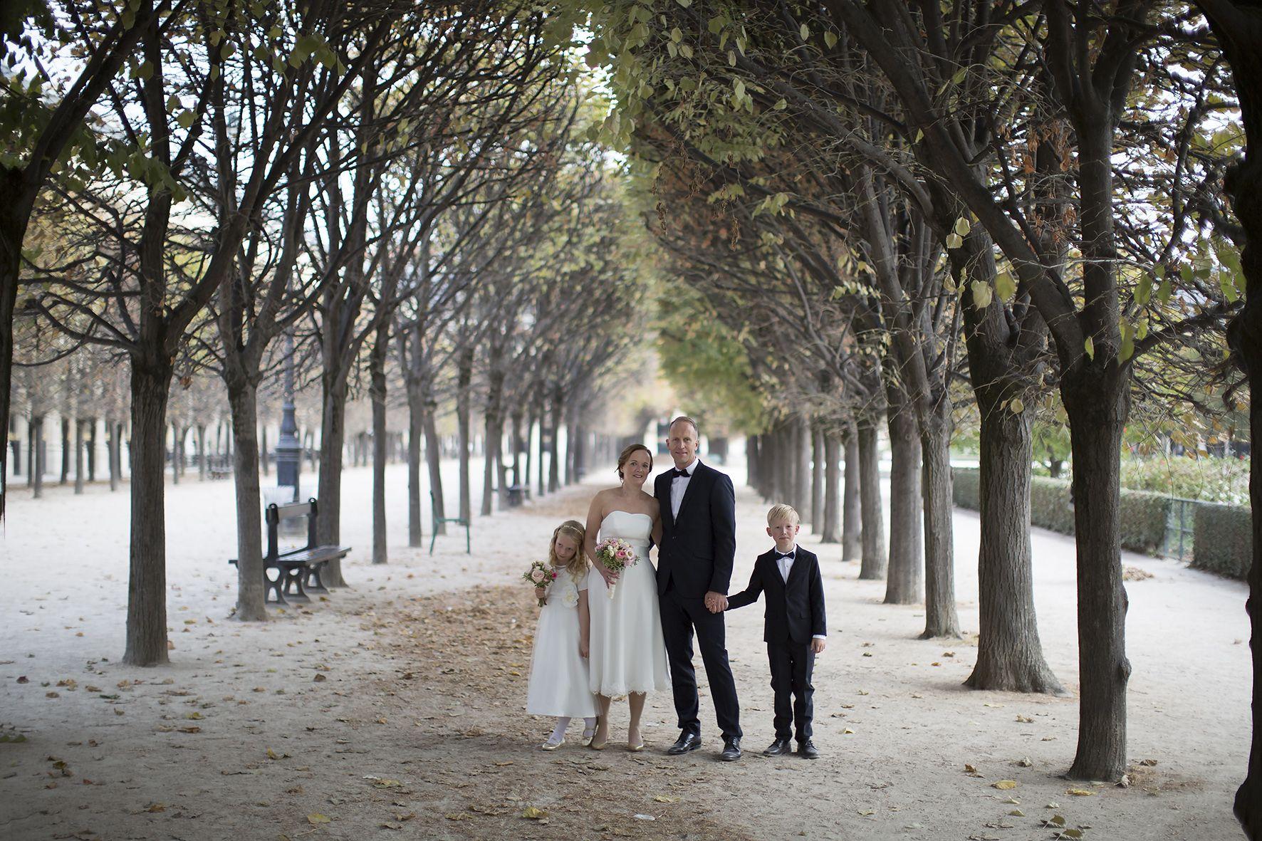 34223888 Bryllup på den norske ambassaden i Paris. Norsk brudepar med barna sine i  Paris på