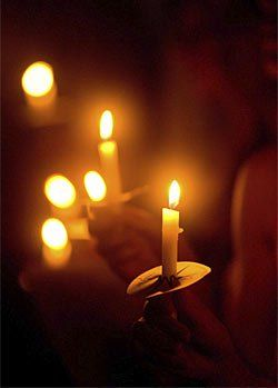 Memorial Ideas For Loved Ones Holding A Candlelight Vigil Candle Light Vigil Candlelight Service Christmas Eve Candlelight Service