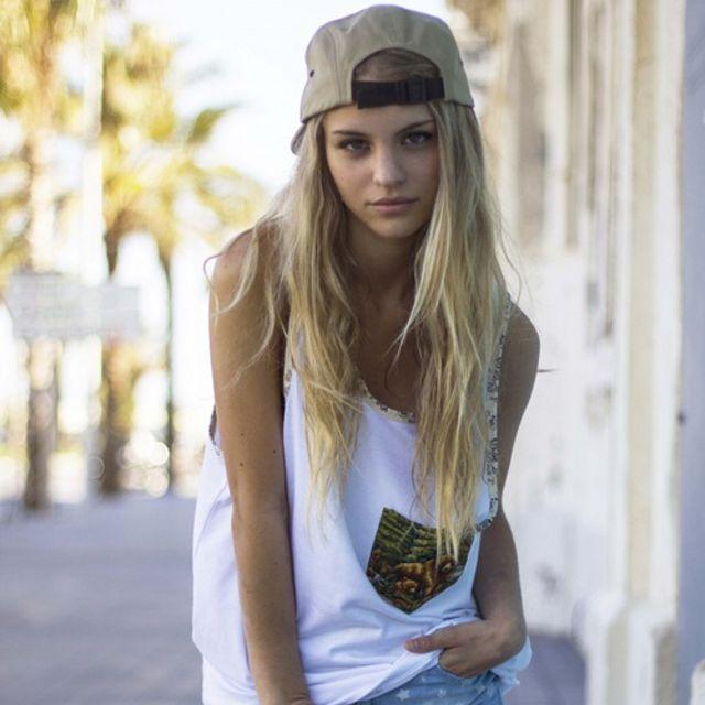 Cheveux longs avec une casquette Skate. Skater outfits