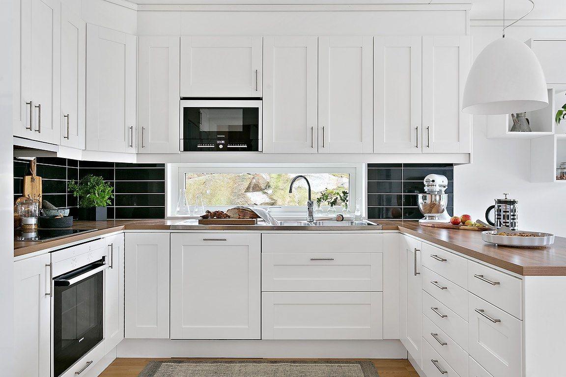Kök med vita luckor och vitvaror från Siemens. Välutrustat med kyl ...