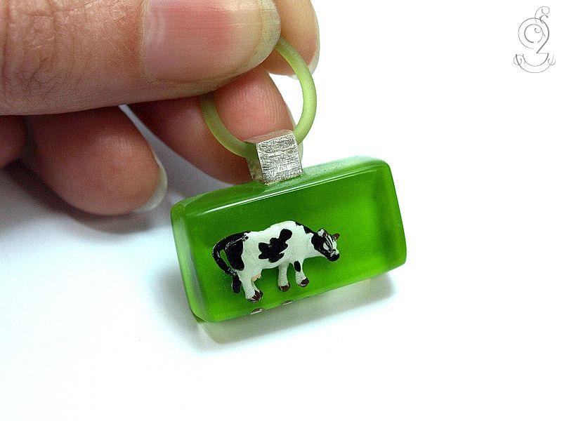 Almfriede – Ungewöhnlicher Kuh-Anhänger aus Harz von Geschmeide unter Teck auf DaWanda.com