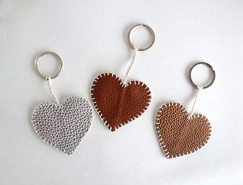 e54760f1c Como hacer un llavero de corazon con cuero | hilda | DIY Keychain ...