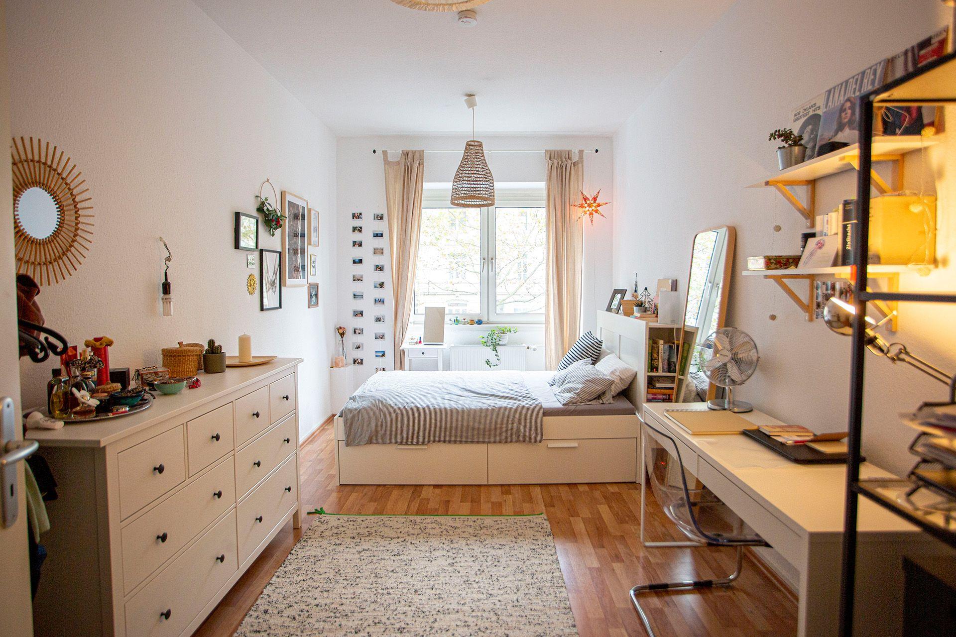 Das Zimmer ist mit einem schönen Dielenboden und hohen