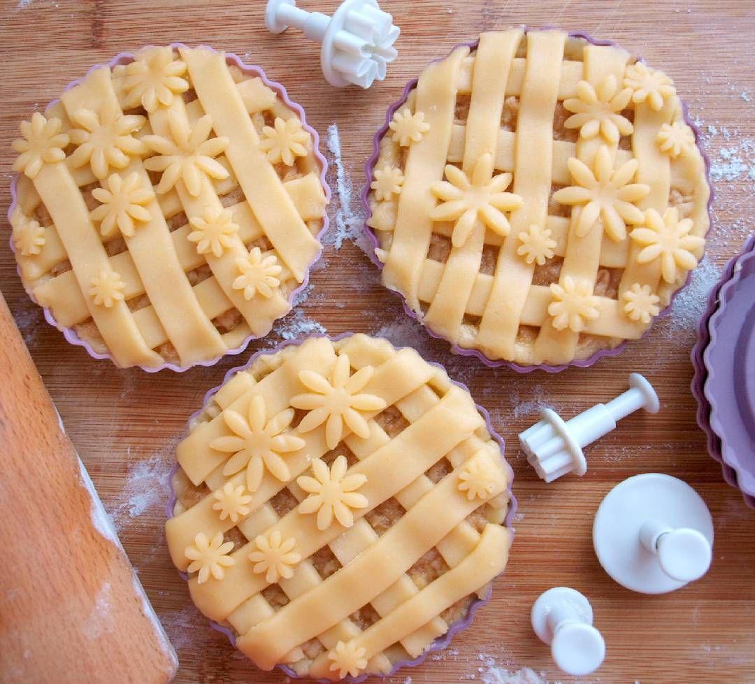 dnes je ideální den pro jablečný koláč! #homebaked #apple #pie #applepie #jablecny kolac #kolac #jablka #apples #cinnamon #honemade #instafood #instabake #dessert #sweethome #peceni #autumn #happy #yummy #nomnom #foodie #foodphotography #foodporn #foodlover #czech #avecplaisircz