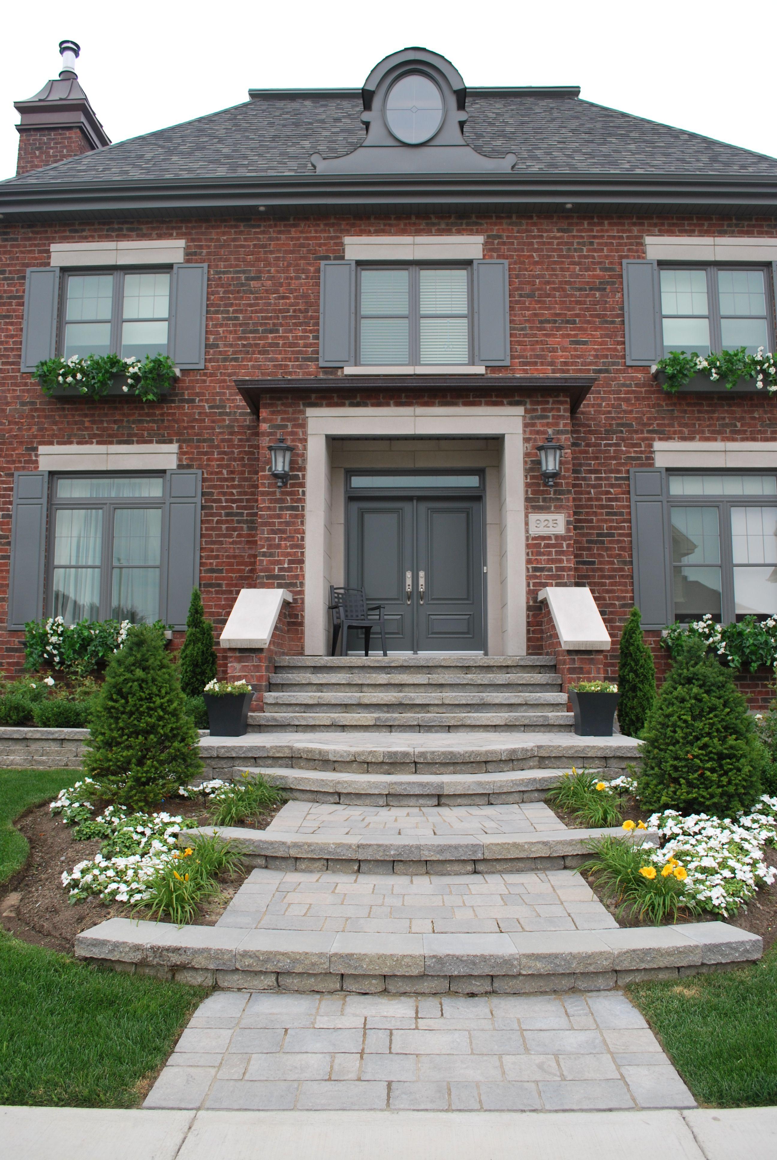 Aménagement paysager de la façade de la maison avec escalier, pavé ...