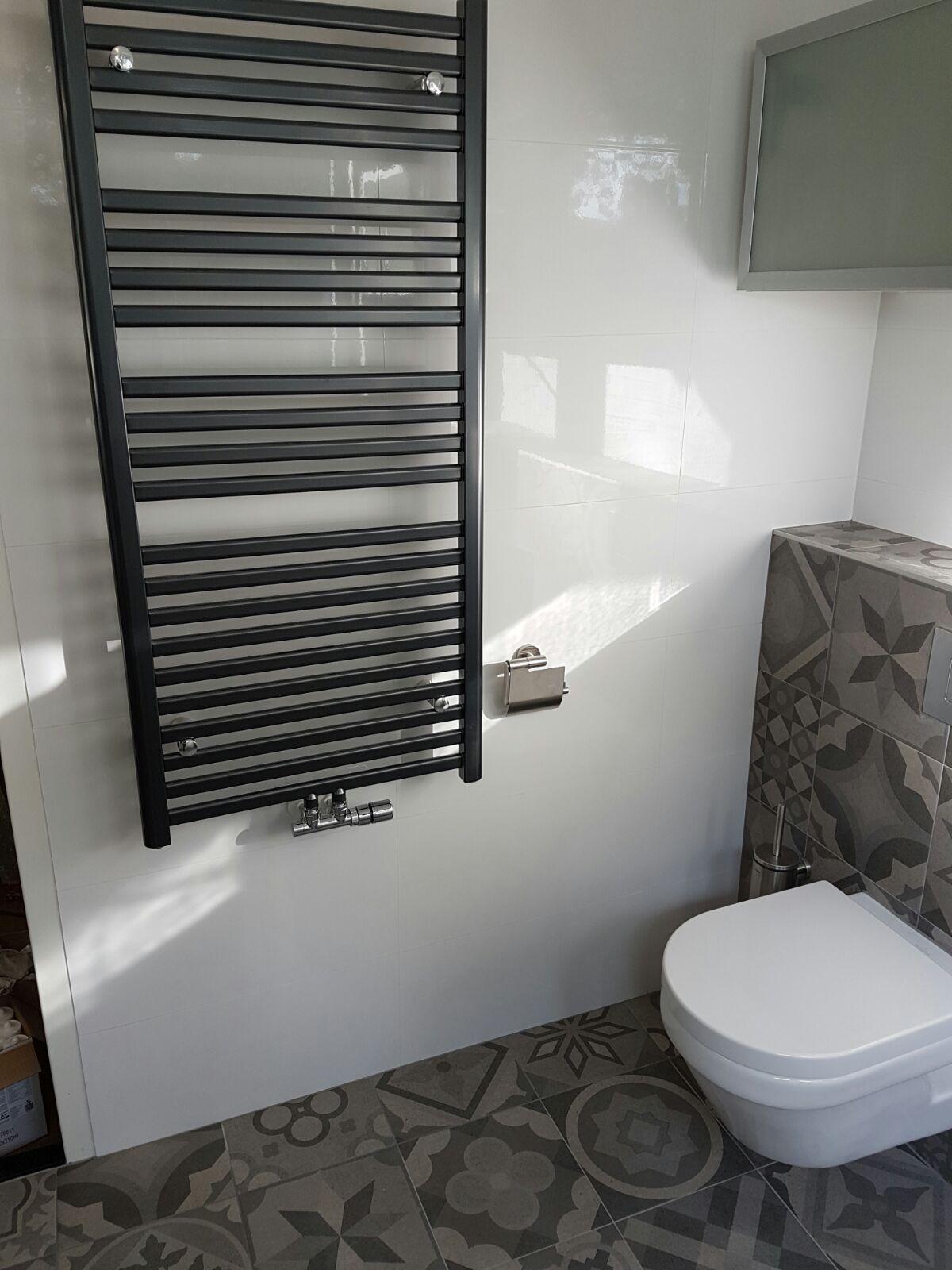badkamer betegelt met patroontegels uit de vives serie ribadeo