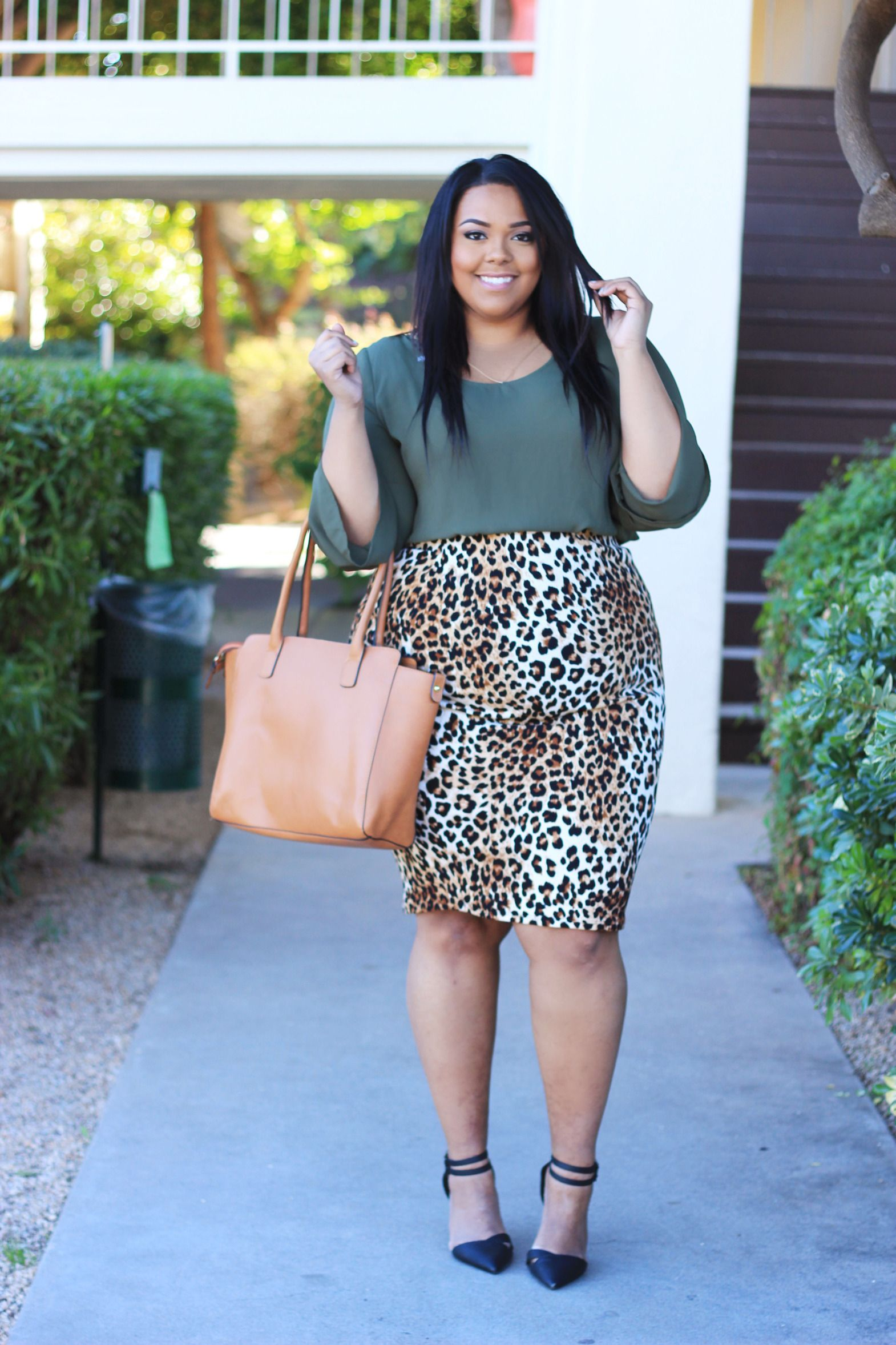 Style blogger Nicole from the fashion blog Curves On A ...