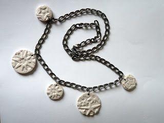 Collier avec chaîne argentée et 5 perles rondes à reliefs couleur blanc pailleté