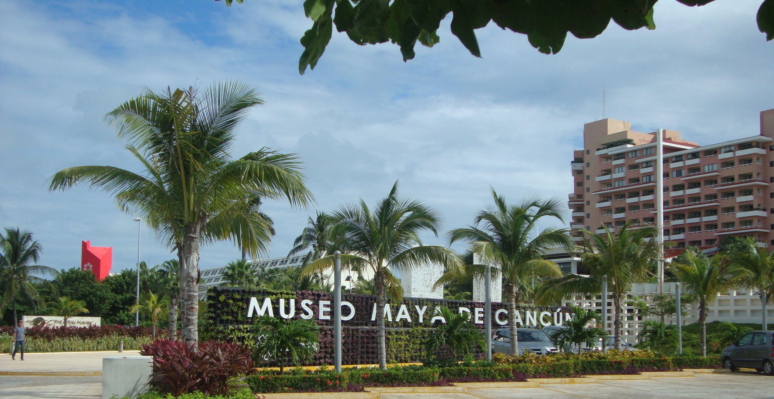 Carteleria verde en Cancún, aportando vida a una gran plaza seca de acceso al Museo Maya