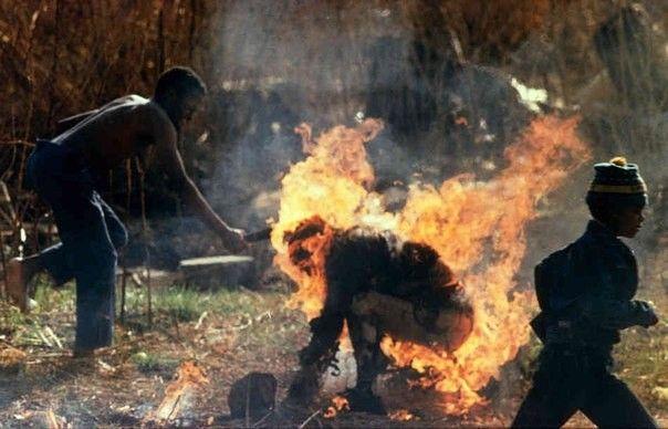 Сторонники Африканского национального Конгресса сжигают человека, в котором заподозрили шпиона зулу. ЮАР, 1990 год.
