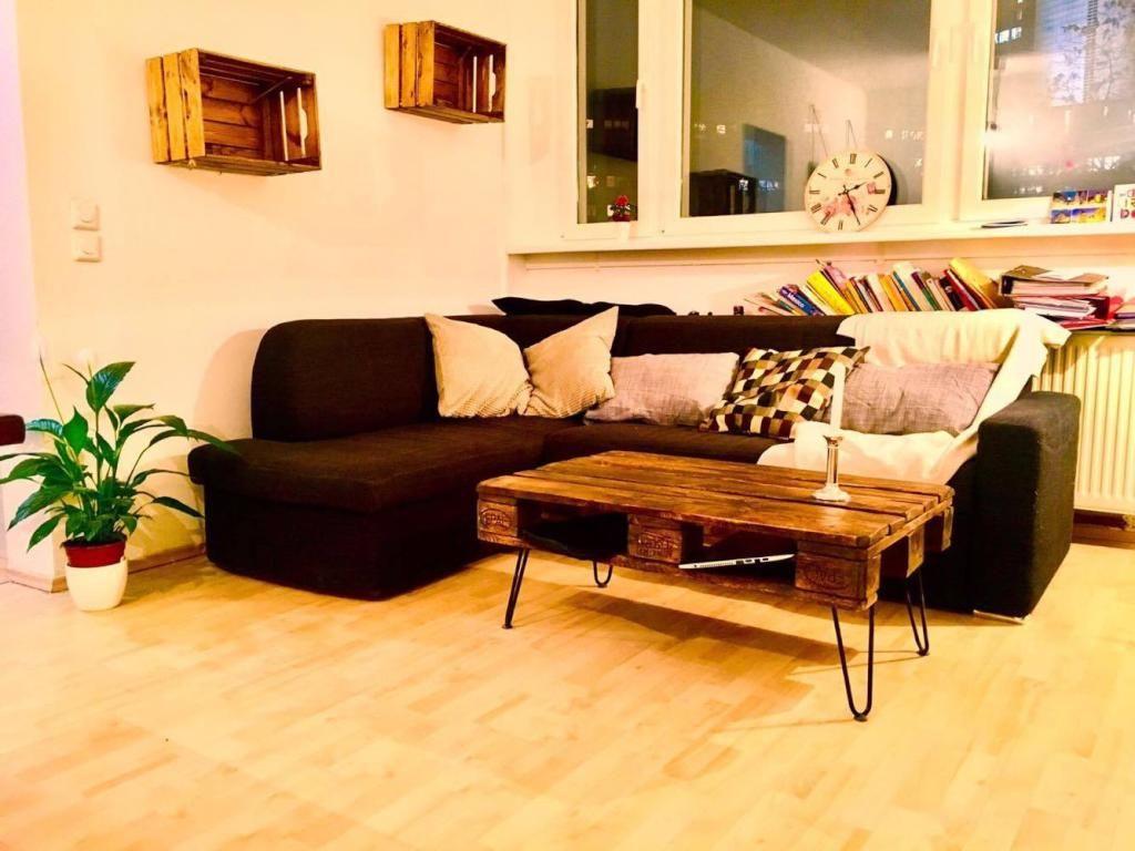 ein wohnzimmertisch aus paletten und wandregale aus alten holzkisten