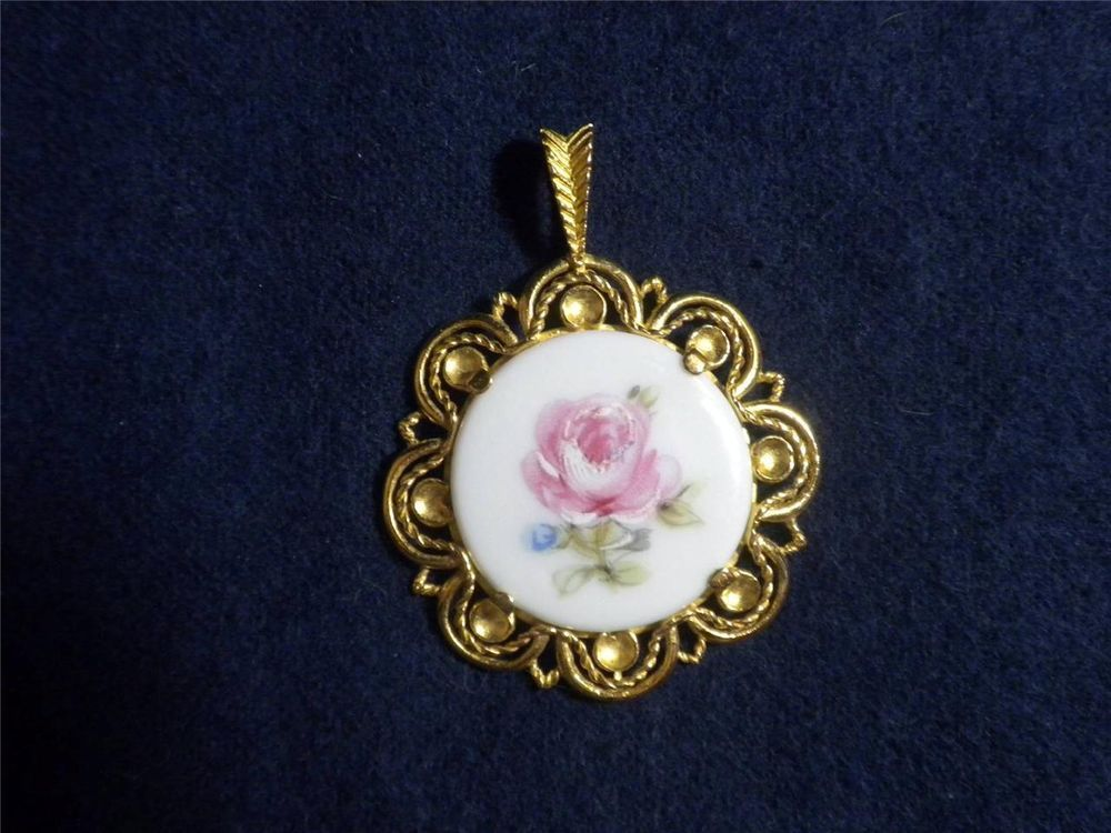 Royal Franconia Pendant Of The Worlds Greatest Porcelain Houses Danbury Mint
