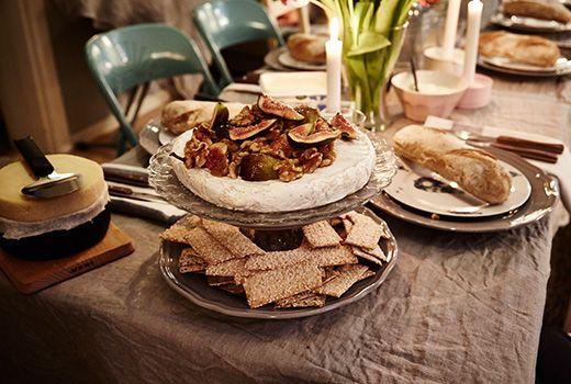 Nærbillede af serveringsbakke med mad på bordet.