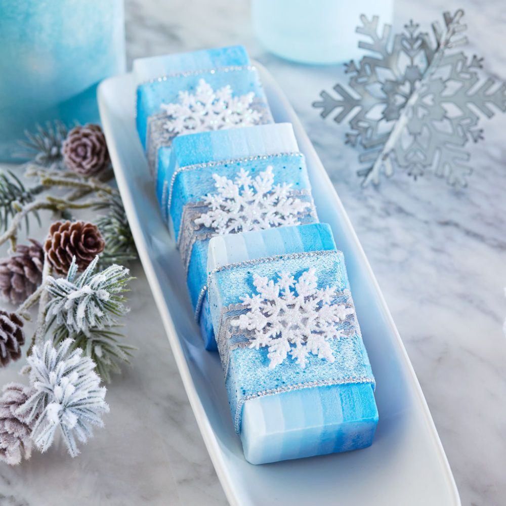 The Beautiful Blue Ombre Soap Wrapped In Snowflake Ribbon Will Brighten Your Holidays Share With Friends And Family For Diy Holid Saboaria Artesanal Sabonetes