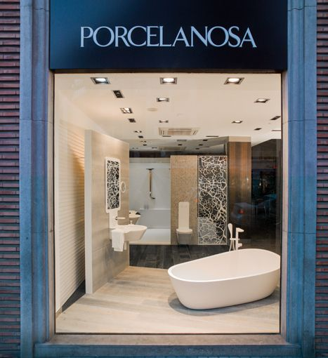 Carmen Baselga Disena El Escaparate De Porcelanosa De Valencia Bathroom Showrooms Tile Showroom Showroom Design