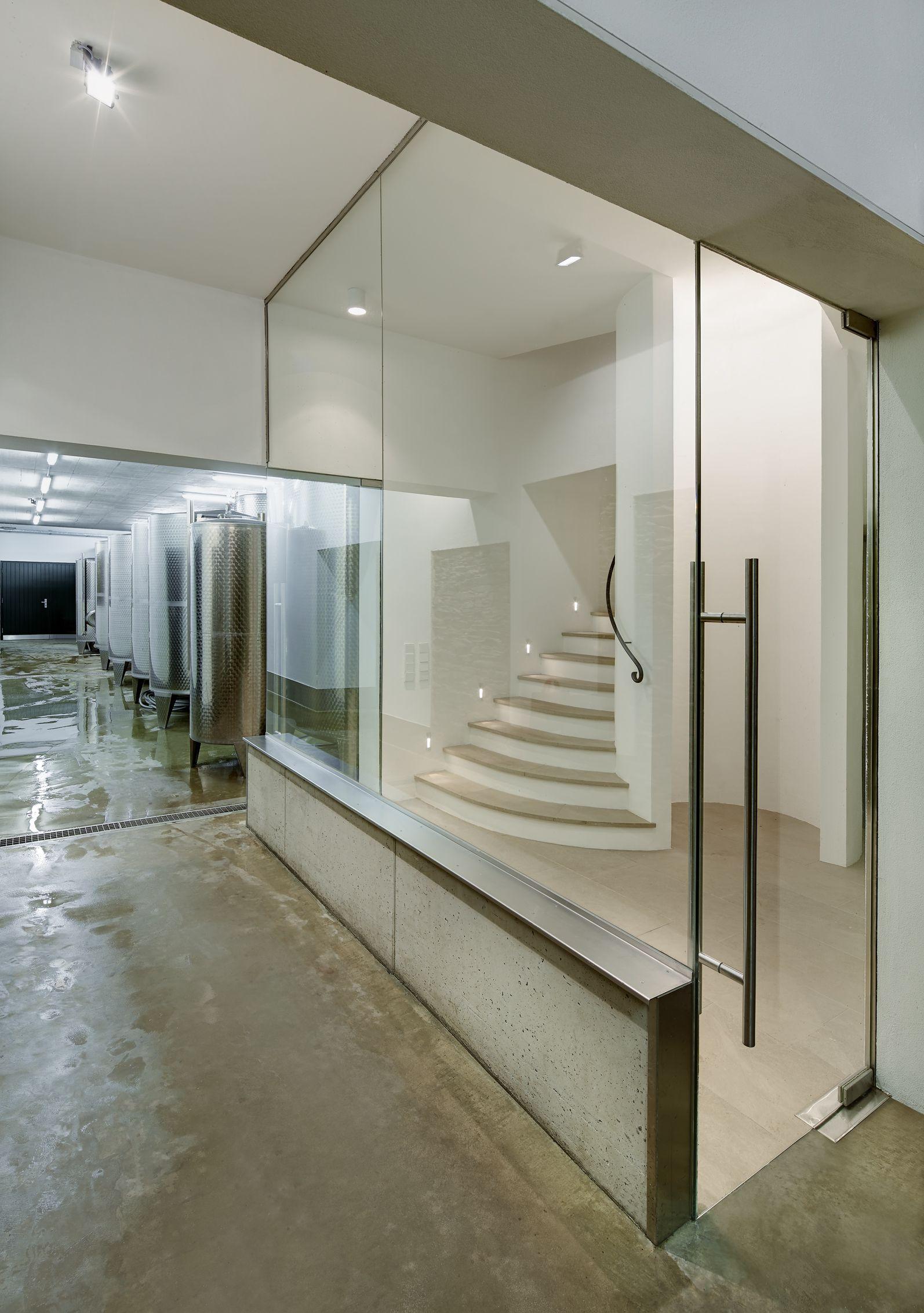 Luftschleuse und Fußpunkt der zentralen gewendelten Treppe vom ...