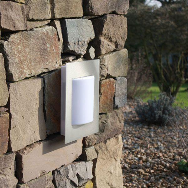 Eine formvollendete Außenwandleuchte, die sowohl über ein Energiesparleuchtmittel als auch über LEDs verfügt.