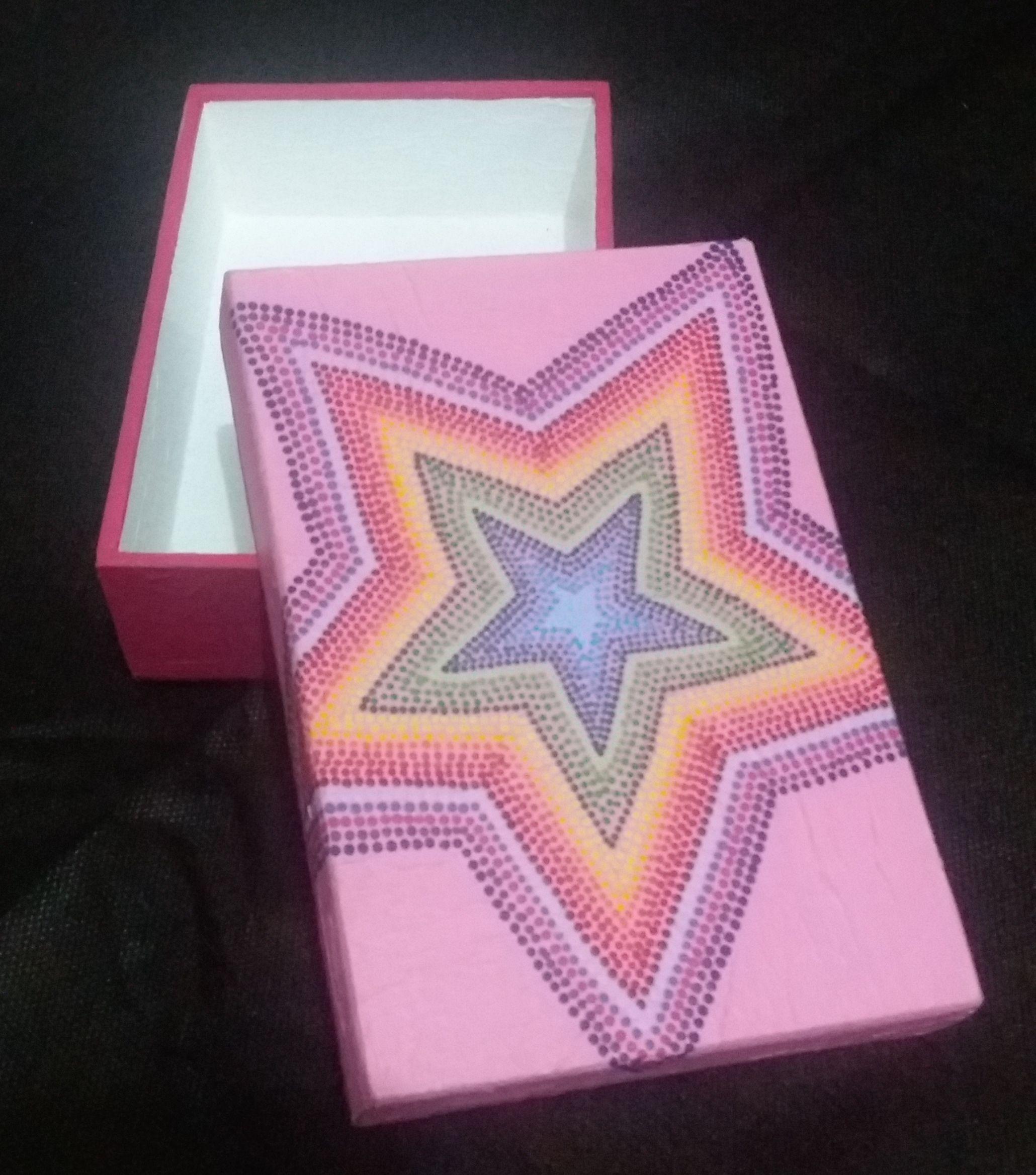 Caixa em MDF pintada à mão com a técnica de pontilhismo, à venda