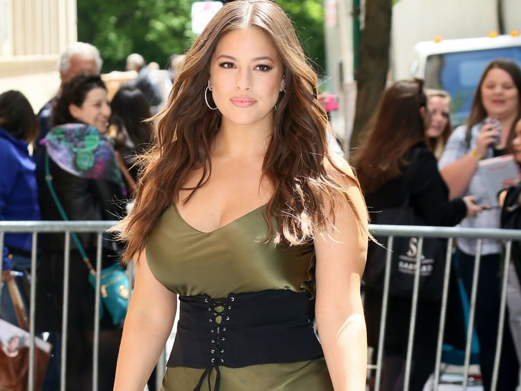 ashley graham mannequin plus size publie une sublime photo d elle en tenue d eve news. Black Bedroom Furniture Sets. Home Design Ideas