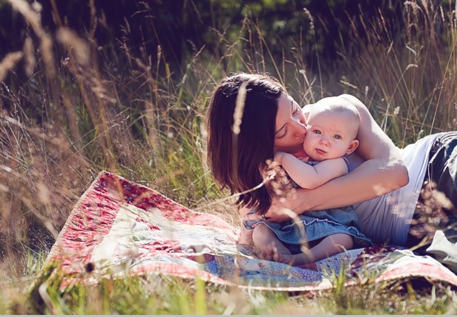 Credits :  http://theartmad.com/wp-content/uploads/2015/04/Mother-And-Baby-Photography-Outside-2.jpg