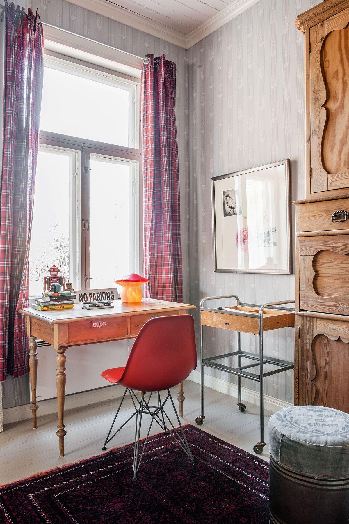 Charles ja Ray Eamesin vuonna 1950 Vitralle suunnittelema muovituoli on hauska vastapari Inkerin huoneen antiikkikalusteille.