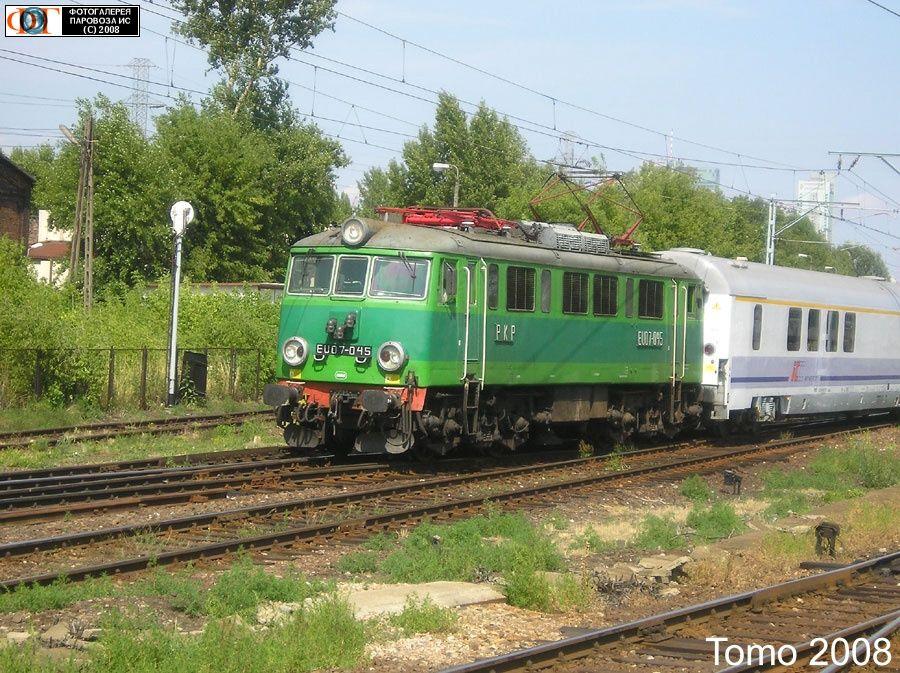 Электровоз EU07-045 со скорым поездом подходит к ст. Варшава-Заходня, Польша
