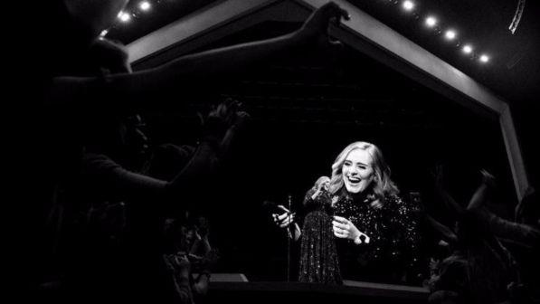 Adele ngatërrohet dhe bën gallatë me publikun (VIDEO) - http://alboz.al/adele-ngaterrohet-dhe-ben-gallate-me-publikun-video/