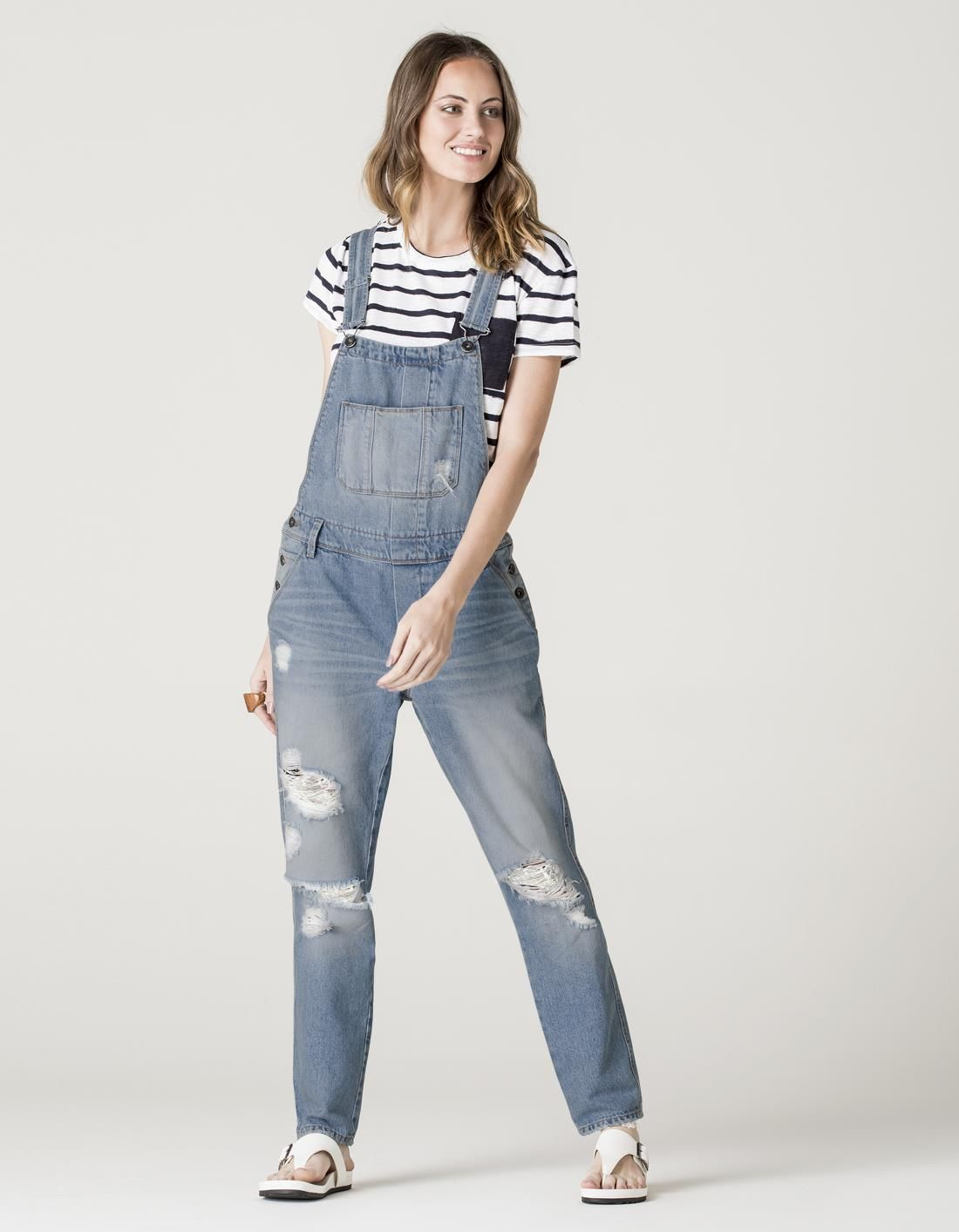 f56981b1a Macacão jeans! Destroyed, ele tem modelagem mais soltinha! O jeans claro é a