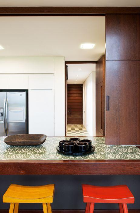 Bogotá - Colombia. Un conjunto de puerta y partición corrediza permite integrar o separar el comedor y la cocina.