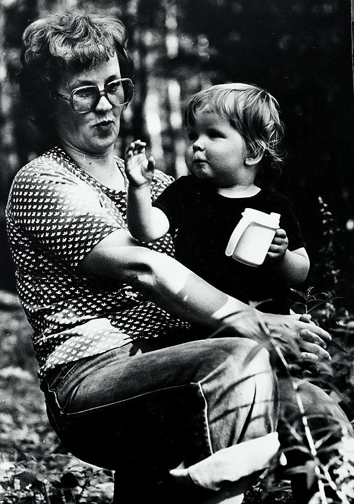 Lapsena adoptoitu Mikko: Äiti on se, joka rakastaa *** Istun äidin sylissä kesämökillämme Kerkonkoskella. Mökki oli koko perheelle rakas paikka.