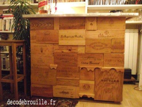 Un Bar Fait Avec Des Caisses De Vin, Une Palette Et De Vieilles