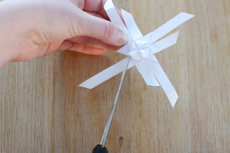 das überschüssige Papier vorsichtig ausschneiden und entfernen