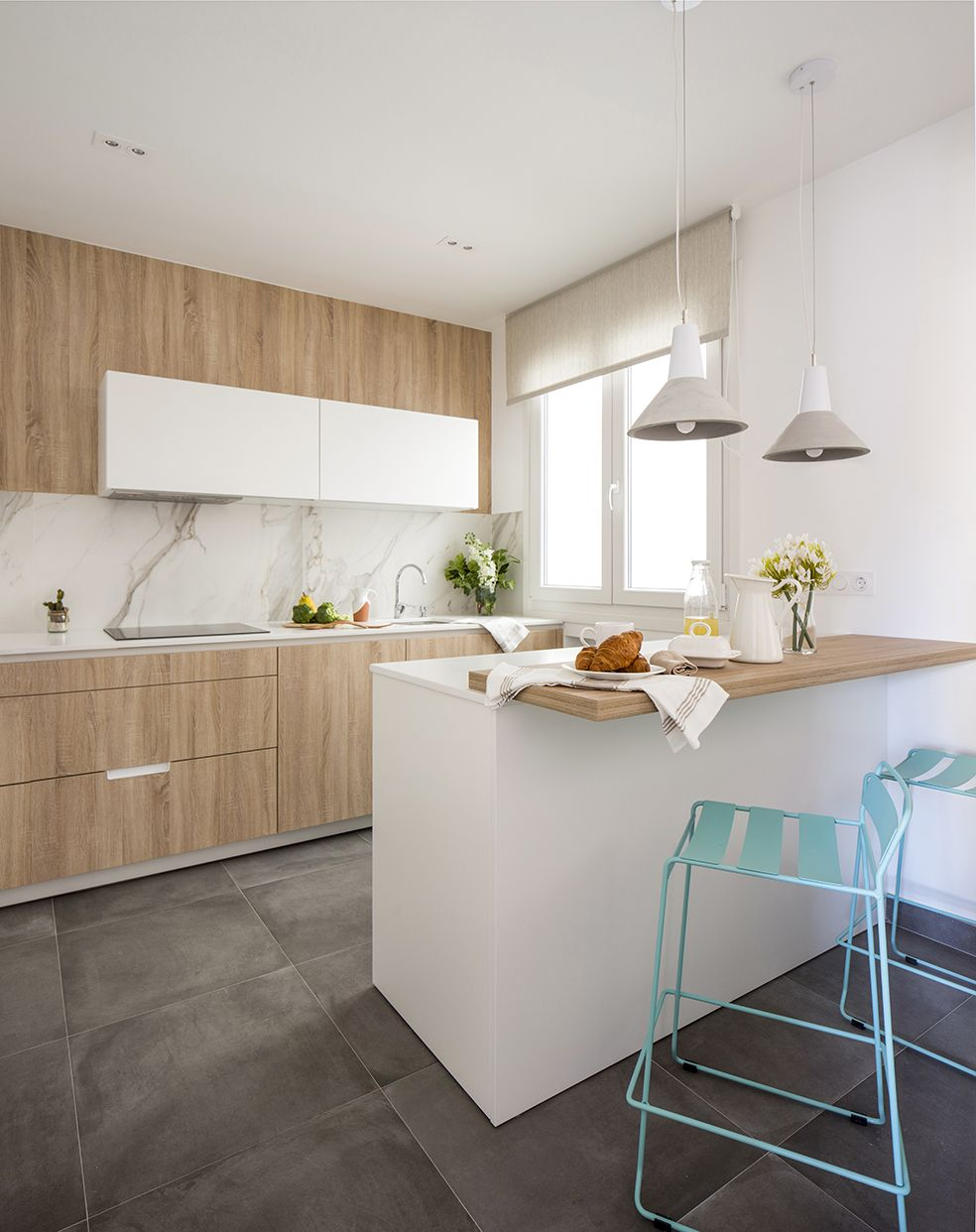 Cocina de santos en vivienda reformada y decorada por for Deco de cocina azul blanco