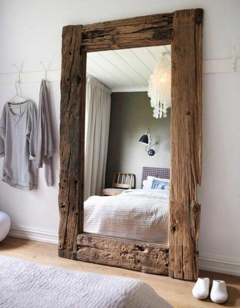 Entzuckend Wand Spiegel Mit Einem Dicken Rahmen Aus Treibholz Weißer Kronleuchter  Hängende Kleider And Der Wand