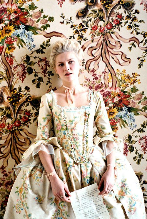 Looks de invitada inspirados en el estilo rococó de María Antonieta.