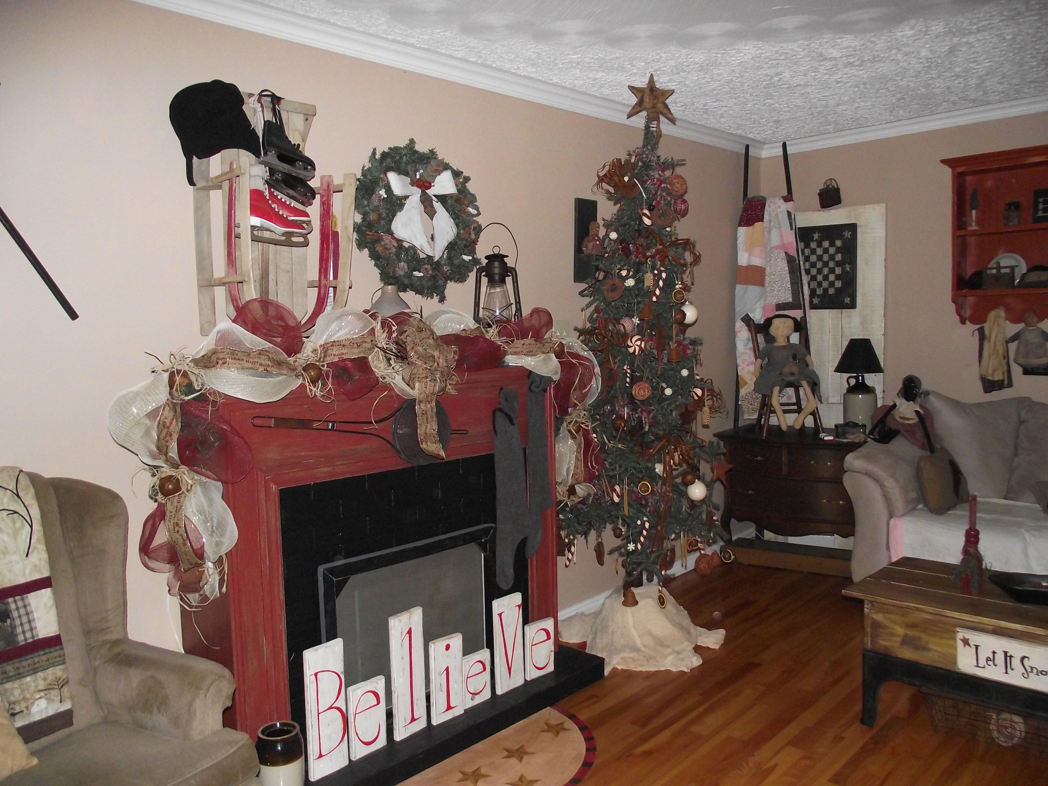 primitive christmas tree and mantle - Pinterest Primitive Christmas Decorating Ideas