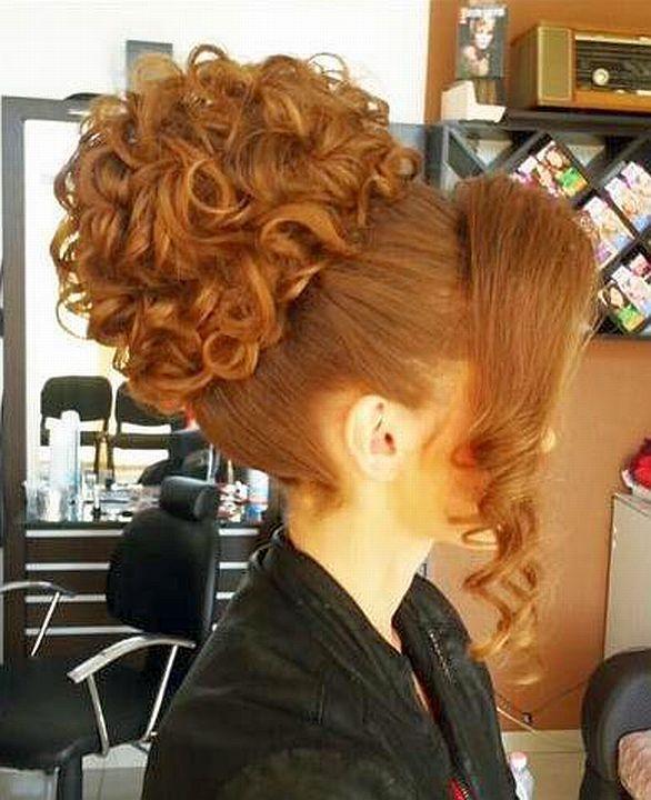chignon bouclee roux avec large meche   Gorgeous hair, Pretty hairstyles, Beautiful hair