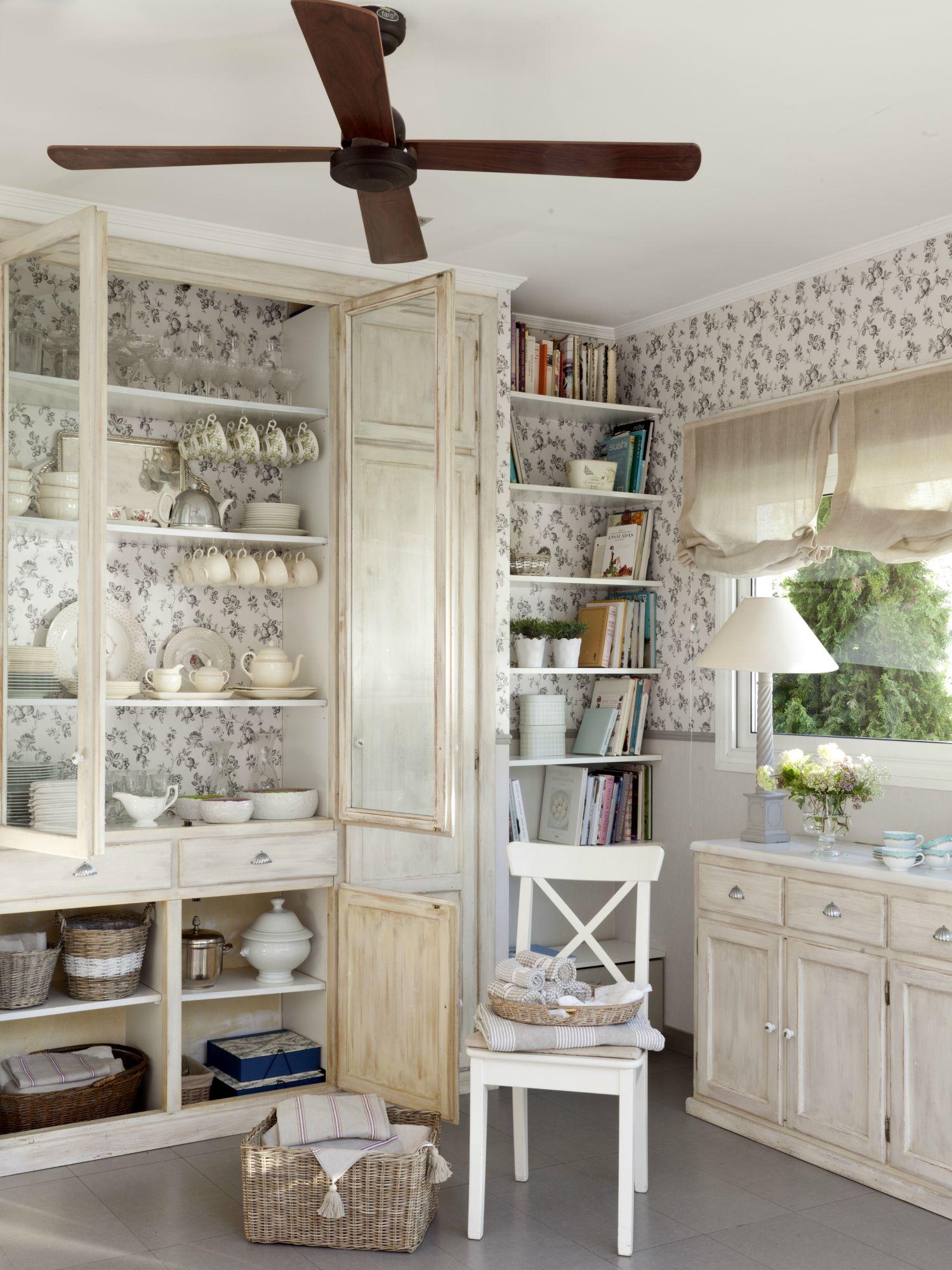 Interior de vajillero con estantes con platos, tazas, teteras y ...