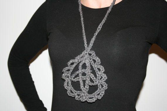 Collana all'uncinetto a forma libera arte da indossare di HatHut
