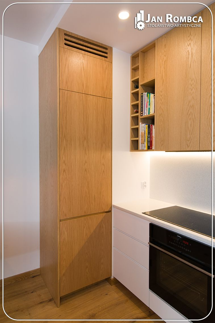 Materiały fornir dębowy (postaraliśmy się, żeby słoje przechodziły z drzwi na drzwi). Blat oraz ściana między blatem a szafkami wiszącymi wykonane z konglomeratu - dopasowane do ścian z podklejonym zlewem. #kuchnia#kuchnianawymiar#kuchniabiala#zabudowykuchenne#stolarz#stolarstwo#stolarstwoJanRombca