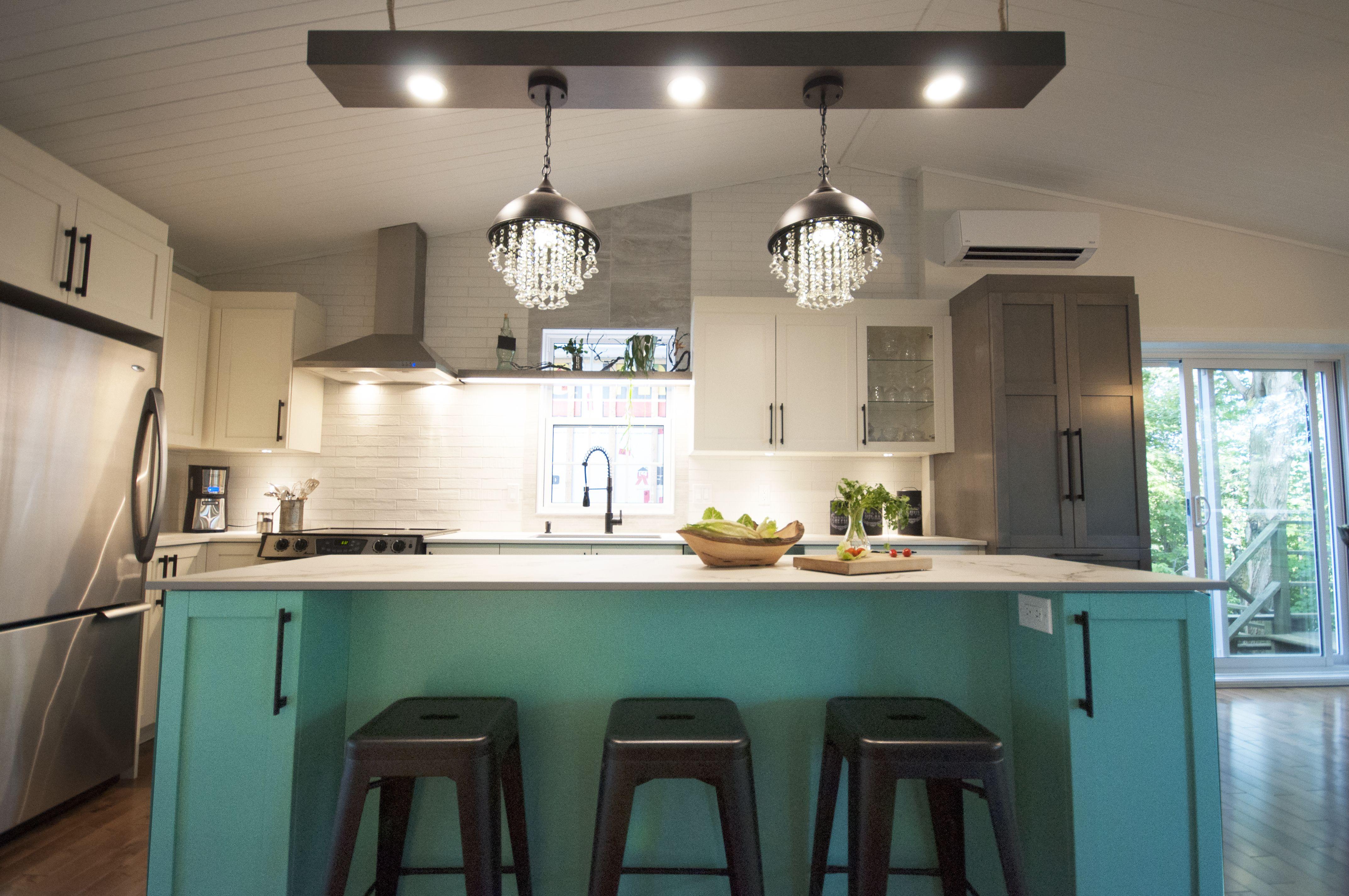 Cuisine Avec Ilot Turquoise In 2020 Design Kitchen Home Decor