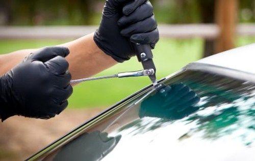 Những điều không nên làm khi kính chắn gió xe hơi bị vỡ